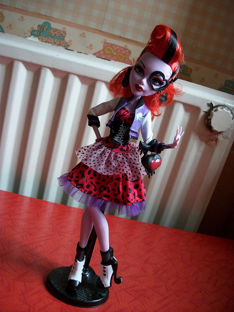 Operetta Picture Day Wave 2 by MyMonsterHighWorld on Flickr.New Operetta! Picture Day.A través de Flickr: This doll is really beautiful, I love all her details and especially her dress, I love dresses for MH  She's pretty sweet, I love everything on her ^^  If you want to see my review, here's the link (It's in French)www.youtube.com/watch?v=GG1xjlJmkEM