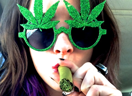 qu33nkush:  happy 420 stoners!! double wide blunt <3 stayst0ned &follow me on instagram: @qu4ee2n_k0 (the 0 is a zero)