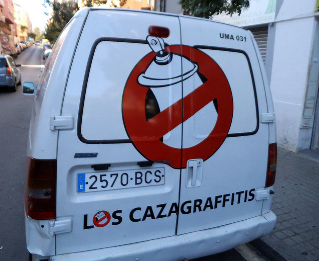 Los cazagraffitis by algefear on Flickr.