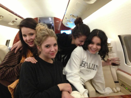 smg-news:   @selenagomez: i love these girls so much. off to italia!! :)
