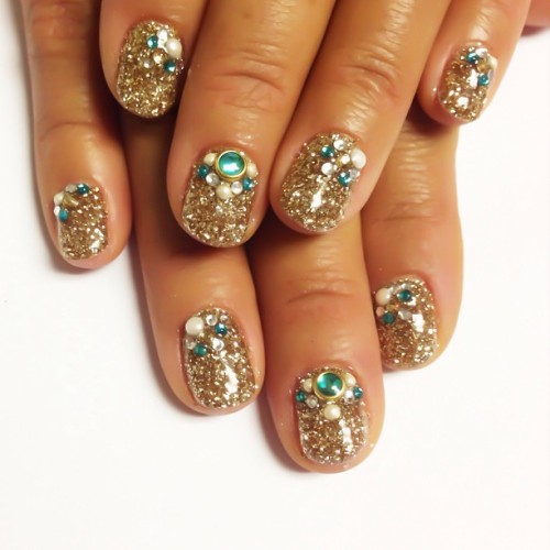 nailinghollywood:  Sea to SHINY Sea #nails #gold #glitter #crystals #Tokyo #karengnails #nailart