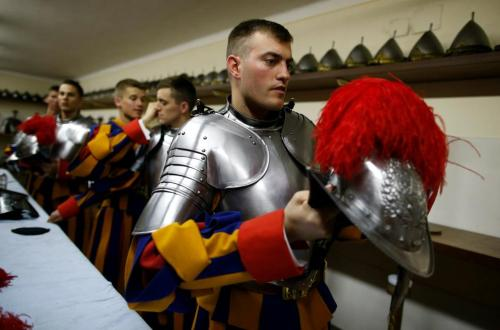 radioteopoli:  The Swiss Guard experienced intense moments since Sunday (05/05/2013). Yesterday afternoon, the remembrance of the death of 147 Guards in 1527, defending Pope Clement during the Sack of Rome, reached its climax with the oath of 35 new recruits in Paul VI Hall. In the oath, as we can see in the photo, the recruit holding the flag with his left hand and has the right showing three fingers raised, making reference to the Trinity. To be Swiss Guard there are some prerequisites, such as having Swiss nationality, being Catholic, single, measuring at least 1.74 and have no beard.via Vatican Radio
