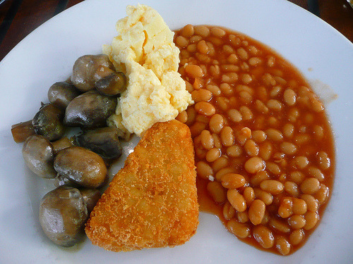 (via the food pornographer) Mushrooms, baked beans, scrambled eggs and another hash brown.