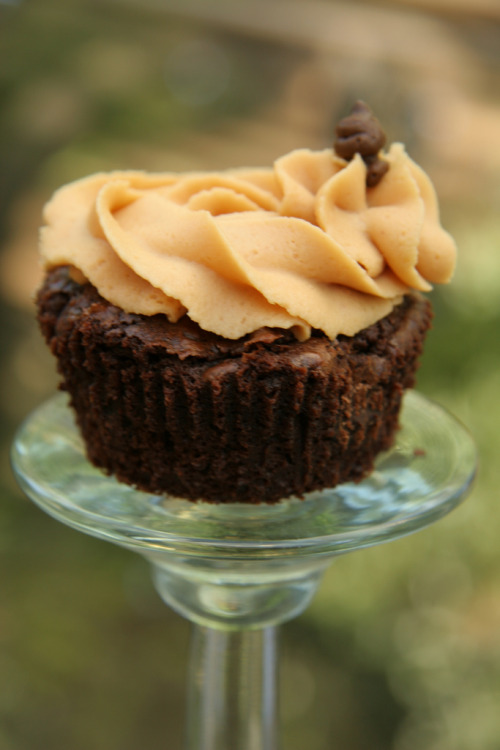gluttonyisabliss:  (via cakeflower) Brownie Cupcake with Peanut Butter Frosting
