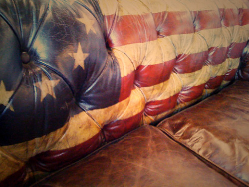 lostinamerica:  nowandthan:  midwestern-darling:  hellyeahshescountry:  (via ashlandrenee, tonsofland)    Probably the best couch I've ever seen.