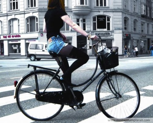 Right so this is a pretty famous picture from the Copenhagen Cycle Chic blog. Pretty Danes on bicycles. In an interview with Momentum magazine the creators of the blog were asked this question, without a hint of irony. What potential do your images have to inspire and change the world? Only Americans would ask such a ridiculous question in earnest. God bless them!