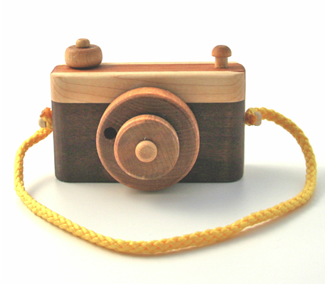 This wooden camera from Twine is too cute…I definitely want to get this for my little one.