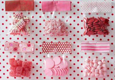 ricochet:  fairlightday:  weddingwhims: Cute red & pink party favors.