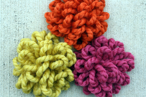 yarn*brooches via .elsie*cake.