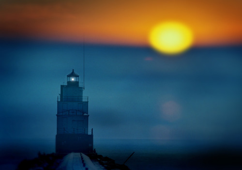 Blue morning (via) I like how the lighthouse is sharp & defined & the b/g is all soft & melt-y, plus the colors! I need a dress in these colors. (Click on the magnifying glass for a larger view.)