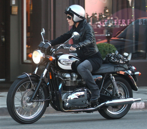via www.motorcyclenews.com Pink on her Triumph Bonneville T100