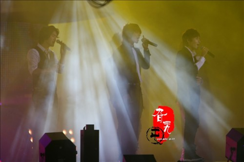 Super Junior M loving the light effects ^^