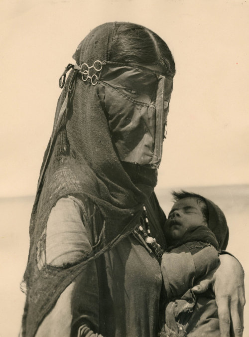 mercedesmarie:  timazing:  hipporacle:  Madre Beduina (Bedouin Mother), photo: Ilo Battigeli, 1948  (via melisaki)  that is so pretty