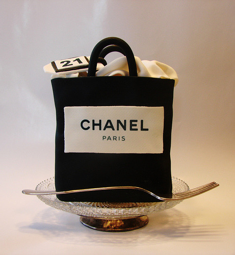 smokinfreezepop: Chanel shopping bag mini cake design