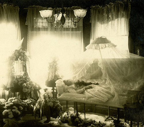 kitsunetsuki-chan:  exclamationmark:trixietreats: Funeral 1890's (via gaswizard)   I find this absolutely gorgeous.