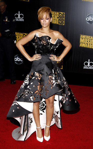 Rihanna in a beautiful Marchesa Spring 2010 gown at the American Music Awards. This dress is really exquisite. When I first saw it I was thinking who is going to wear this on the red carpet and now Rihanna is wearing it! I think this dress is kinda hard to pull off because its so attractive. I was afraid that the wearer is going to be overwhelmed by all the details of this dress, that the dress is going to stand out instead of the wearer. I think Rihanna is a perfect fit for the dress. She looks gorgeous! A+