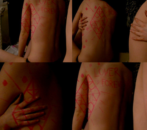 (via SCARLETT sss) Skin as drawing surface.  Reminds me of the following picture…