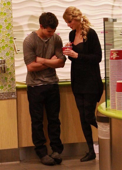 foodfat:  verysherry:  Cuteness squared. Taylor Lautner and Taylor SwiftThey stopped at Menchie's Frozen Yogurt after having dinner at Benihana's12.3.2009 O.o