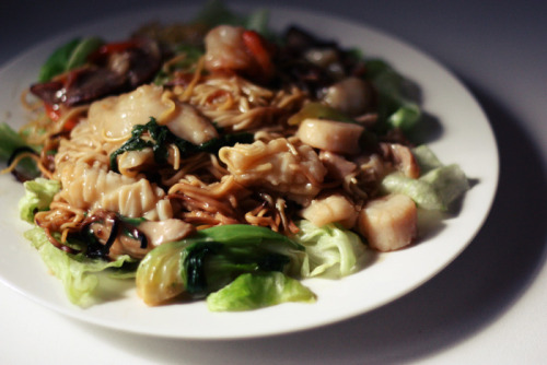 { Crunchy Noodles with Seafood & Vegetables. } I made this! :D  (With some help……….)  There's lettuce, bok choy, carrot and baby corn.  Meat-wise, there's pork, prawn, mussel, squid.  The noodles on top aren't crunchy because the sauce made them soggy but INSIDE they are.  My mum made the sauce using some top secret recipe because she's an amazing cook. But I'm completely retarded when it comes to cooking, so I'm pretty happy with this, lol.