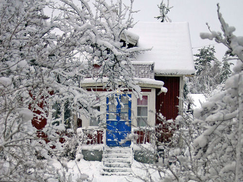 elizabeth0312:  sweethomestyle:  viva-amore:adorablelife:Blue Door (via Steffe)  I Want it to Snow