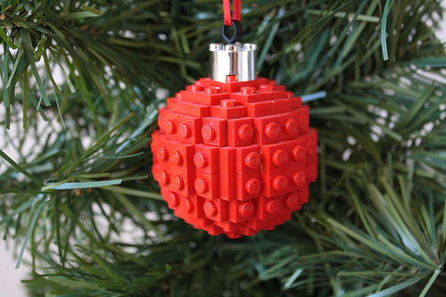 LEGO xmas tree ornament (via GeekyTom)