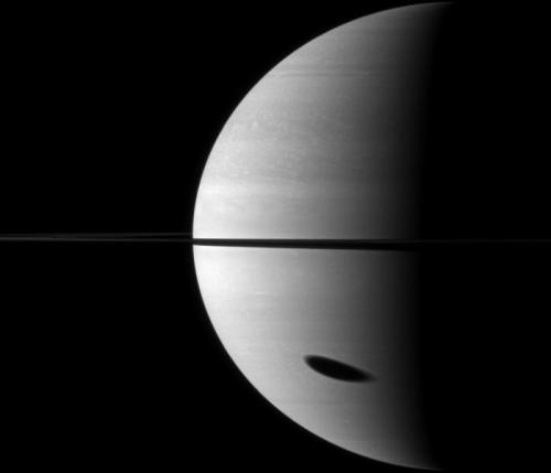 Titan marque SaturneLa tache allongée visible sur la portion basse de Saturne sur ce cliché est en fait l'ombre projetée de Titan, la plus grande lune de cette planète. Une photographie de la sonde Cassini réalisée le 7 novembre 2009.Crédit : NASA/JPL/Space Science InstituteLien vers l'image originale _______________________________ Titan makes its mark on Saturn The elongated spot that can be seen on the lower section of Saturn in this photograph is in fact the projected shadow of Titan, this planet's biggest moon. This picture was taken by the Cassini probe on 7 November 2009.Credit: NASA/JPL/Space Science InstituteLink to the original image via www.enjoyspace.com
