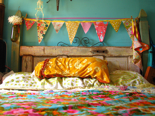 love this, especially the recycled wood headboard. myyellowballoon:jamiewaters:caroekg:createfindadmire:seesuestitch:(via jek in the box)