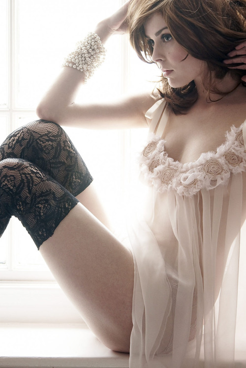 nuderudeme:  stockingssexy:  http://stockingssexy.tumblr.com/archive  (via lingerie-love)