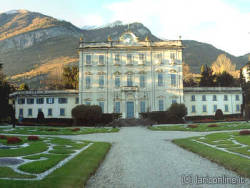 VILLA           LA QUIETE Built at the beginning of the 18th century for the Del Carretto           Dukes, originally it only had the central building.  Later the two wings were added. The villa is surrounded by Italian           gardens. It now belongs to the Sola-Cabiati photo by: http://www.larioonline.it