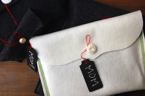 i-peach-feng-shui:  ricochet:msmcporkchop:simple-pretty: { genius felt gift wrap } Beautiful, simple, elegant, looks expensive, so tactile and fun!