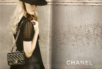 Here is another Chanel Spring 2010 ad campaign starring supermodel Claudia Schiffer. We can see here that she is carrying a patent quilted bag and a large hat. I really like the hat and won't be able to buy it from Chanel so I wonder where to buy and what is this hat called. Any idea guys?