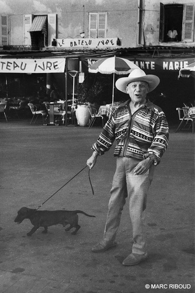 Marc Riboud, Saint-Tropez, 1957. Pablo Picasso and Lump his dachshund, which had been donated by the photographer David Douglas Duncan.