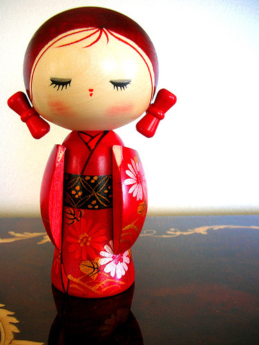 red kokeshi (via chotda)