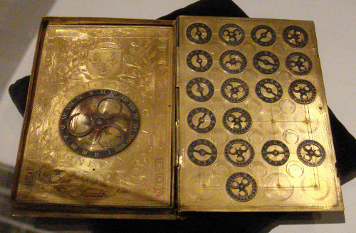 faico:   File:16th century French cypher machine in the shape of a book with arms of Henri II.jpg - Wikipedia, the free encyclopedia 16世紀フランスで作られた多表式換字暗号の暗号化マシーン。アンリ2世の浮き彫りが施されてる。   (via raurublock)