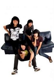 sejarah  killing meinside Sejarah  killms (julukan bagi Killing Me inside),awalnya dibentuk sekitar  pertengahan juni 2005 yang beranggotakan, Josaphat (Gitar), Onad (Bass), Rendy (Drums) dan RAKA (Guitar).  Setelah menemukan (Sansan ( Vokal ) now in pee wee gaskin) band  ini resmi dibentuk pada Desember 2005. Band ini awalnya mempunyai 3 lagu dan sekarang sudah memiliki sekitar 10  lagu. influences band ini adalah dari group band: From first to last, Chiodos, Penknifelovelife  and Drop dead, Gorgeous.  So,tunggu apa lagi dengerin lagu-lagu killms and join di street team  mereka (kumpulan fans dari killms). atau view profile lebih lengkap mereka di   http://myspace.com/xxkillingmeinsidexx Band Killing Me Inside atau biasa dikenal dengan sebutan Killms  dimulai pada pertengahan juni tahun 2005 dengan pembentukan; Sansan sebagai vokalis,  Raka dan Josaphat sebagai gitaris, Onadio sebagai bassis dan Rendy pada  drum. Pada pertengahan 2008, Raka mengundurkan diri dan bergabung  dengan Vierra karena beberapa alasan. Memasuki tahun 2009, setelah  beberapa pertunjukan dan wisata, Sansan dan Rendy juga meninggalkan band  ini. Sansan lebih memilih Pee Wee Gaskins. Sekarang band ini membentuk formasi terbaru: Onadio sebagai vokalis,  Josaphat pada gitar, Agung pada bass dan Davi menggantikan Rendy pada  drum. Band ini sekarang memiliki satu album. by:qismin_zeus