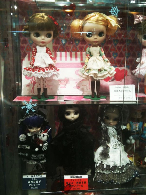 In Kiddyland: more seriously creepy dolls.