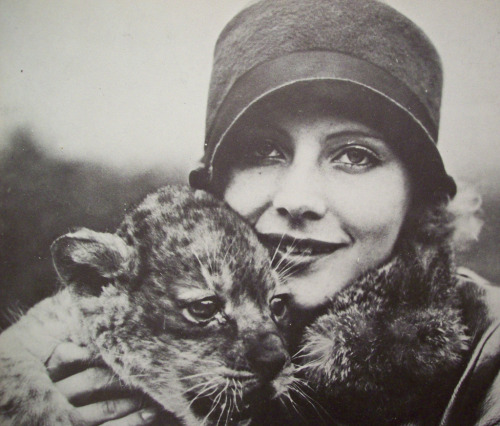 classicfilmheroines:  Greta Garbo with the MGM mascot - Cute! Image Source: Flickr