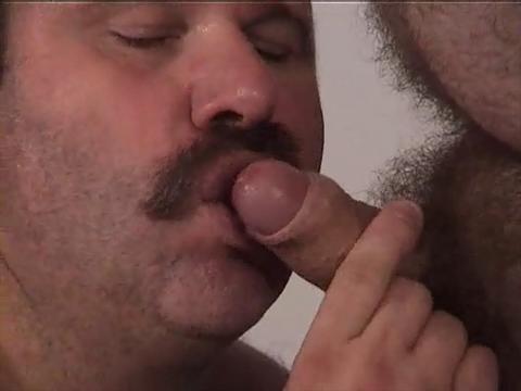 bearbulge:housebearsofatlanta:daddybearandboy:bigmenarebest:fidgetingwithmyballs:(via porn-u-chub)