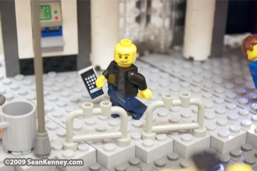 LEGO Steve Jobs and an iPhone in Sean Kenney's LEGO Times Square. Click on the picture for more photos.LEGO Steve Jobs et son iPhone dans la reproduction en LEGO de Times Square de Sean Kenney. Cliquez sur l'image pour plus de photos.