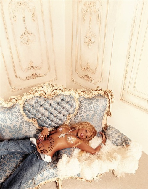 Lil' Kim Photographer:  David LaChapelle - http://www.lachapellestudio.com