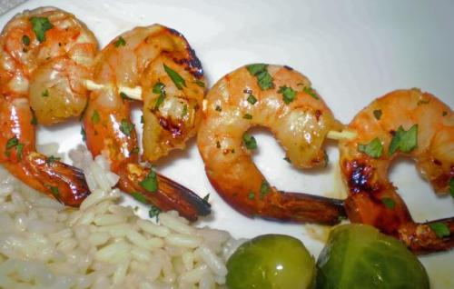 kellyxbridgette:  Sweet-N-Spicy Shrimp Kabobs you will need: 1 pound shelled, de-veined, cooked shrimp 1/4 cup honey 1 tablespoon minced canned chipotle chiles in adobo 2 minced garlic cloves fresh cilantro the juice of a lime salt and pepper wooden kabob sticks cooking directions: combine honey, garlic, lime, cilantro, chiles, salt&pepper in a large bowl. add the shrimp and toss to coat in the marinade. cover and put in the fridge for about 1 hour. thread shrimp onto the wooden skewers. grill over high heat for 2-4 mins, turning once through grilling time.   JIGGA