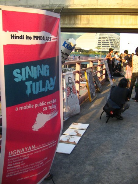 "pinoytumblr:  Sining Tulay ""A mobile public exhibit. We set up our art works on the footbridge  from 5  to 6pm last Feb 22. During that one hour, around 4000 people  passed by  to see the works. Thats a bigger audience than any gallery  can have in a  month! Some people really took the time to stop. Some  didn't know what  was goin on. And a lot were curious. It was a unique  experience to bring  our art, to the public. Leterally! It was unique  for the audience as  well."" A really great project by UGNAYAN."