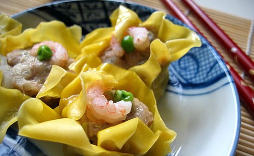 mondojergens:  pork and shrimp siu mai(via kumikoskitchen)