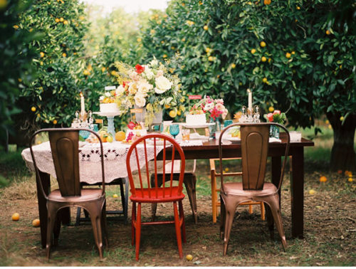love the mismatched chairs. (via ruffled)