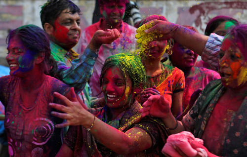 junglejulialucai:  People smear colored powder on each other during Holi festivities in Mumbai, India. Monday, March 1, 2010.  (via amynda)