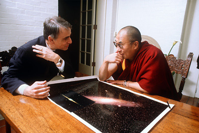 Start the week right.  awesomepeoplehangingouttogether:  Carl Sagan & the Dalai Lama, 1991.  (via librarysciences)