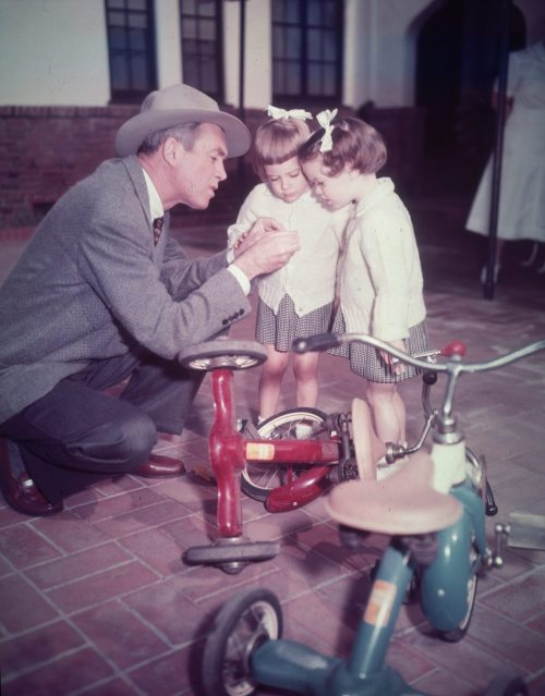 factorygirl-photography:  (via likeadoll)  Jimmy Stewart with his twin daughters, Judy and Kelly   a retró triciklik kellenének…