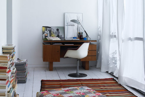 Den perfekta arbetshörnan. as seen on the ever-inspiring: fromscandinaviawithlove:  Photo from Danish magazine Rum.