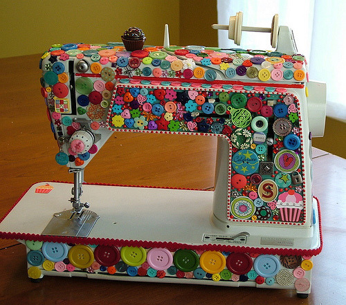 (maedchenmitherz) Buttoned sewing machine.