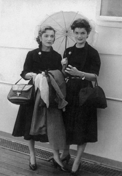 Caroline Lee Bouvier and her sister Jacqueline Bouvier on September 15, 1951 on a boat to come back to the USA after their travels in Europe.